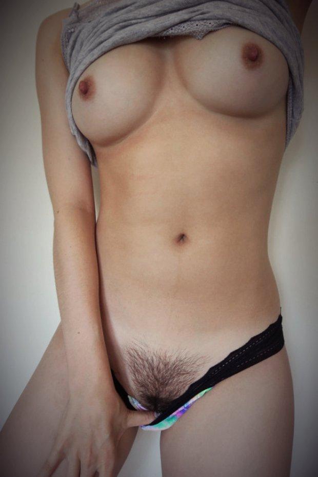 Glisse ta main entre les poils de mon sexe